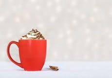 Chocolate caliente en una taza roja - convite del invierno Fotos de archivo libres de regalías