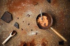 Chocolate caliente hecho en casa con leche, gotas de chocolate y polvo de cacao en fondo rústico Fabricación del chocolate Imagenes de archivo