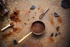 Chocolate caliente hecho en casa en fondo rústico Fabricación del chocolate Fotos de archivo libres de regalías