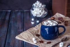 Chocolate caliente o cacao en una taza azul con las melcochas Fotos de archivo libres de regalías