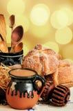 Chocolate caliente y caja del pan dulce de muerto Foto de archivo libre de regalías
