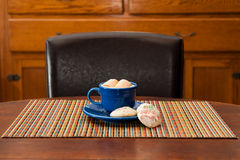 Chocolate caliente y galletas Imagen de archivo libre de regalías