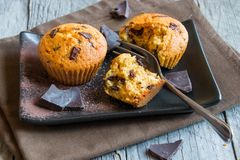 Chocolate caseiro Chip Muffins imagens de stock royalty free
