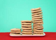 Chocolate Chip Cookies apilado en colores de un día de fiesta de la placa Fotografía de archivo libre de regalías
