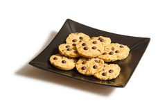Chocolate chip cookies on a black plate  o Royalty Free Stock Images