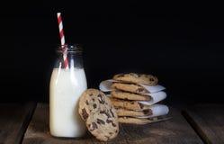 Chocolate Chip Cookies Bottle do leite imagem de stock royalty free