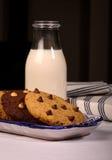 Chocolate Chip Cookies Ceramic Tray Milk Foto de archivo libre de regalías