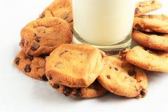 Chocolate Chip Cookies do ` N do leite Fotografia de Stock Royalty Free