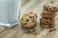 Chocolate Chip Cookies e leite Fotografia de Stock Royalty Free