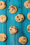 Chocolate Chip Cookies en la tabla azul Fotografía de archivo libre de regalías
