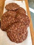 Chocolate Chip Cookies en venta en el papel con la superficie de madera fotos de archivo libres de regalías
