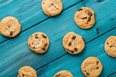 Chocolate Chip Cookies na tabela azul Foto de Stock Royalty Free