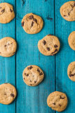 Chocolate Chip Cookies na tabela azul Fotografia de Stock Royalty Free