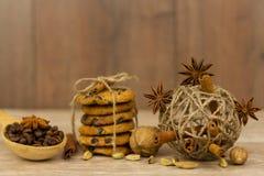 Chocolate Chip Cookies Palillos de canela, cardamomo y anís de estrella fotografía de archivo libre de regalías