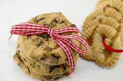 Chocolate chip cookies tied together with a red ribbon Royalty Free Stock Photos