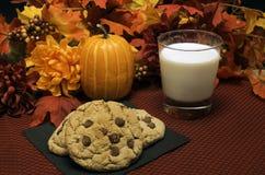 Chocolate Chip Cookies y leche Foto de archivo libre de regalías