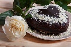 Chocolate cocido en la forma de la flor color de rosa del corazón y de la luz hermosa Imagenes de archivo
