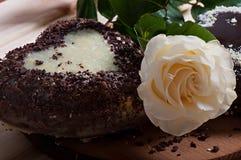 Chocolate cocido en la forma de la flor color de rosa del corazón y de la luz hermosa Imagen de archivo