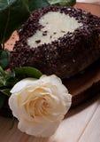 Chocolate cocido en la forma de la flor color de rosa del corazón y de la luz hermosa Fotografía de archivo
