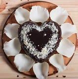 Chocolate cocido en la forma de la flor color de rosa del corazón y de la luz hermosa Imagen de archivo libre de regalías