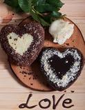 Chocolate cocido en la forma de la flor color de rosa del corazón y de la luz hermosa Imágenes de archivo libres de regalías