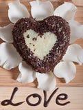 Chocolate cocido en la forma de la flor color de rosa del corazón y de la luz hermosa Fotos de archivo libres de regalías