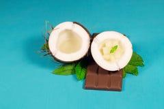 Chocolate, coco y almendras garapiñadas del coco Fotografía de archivo