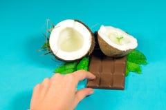 Chocolate, coco y almendras garapiñadas del coco Imagenes de archivo