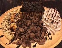 Chocolate com brinde da banana no fundo de madeira da tabela Imagens de Stock Royalty Free