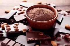 Chocolate com pó de cacau imagens de stock