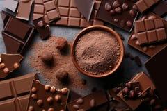 Chocolate con el polvo de cacao fotos de archivo