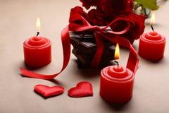 Chocolate con la cinta, las rosas y las velas rojas Imagen de archivo