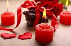 Chocolate con la cinta, las rosas y las velas rojas Fotografía de archivo
