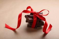 Chocolate con la cinta roja Fotos de archivo