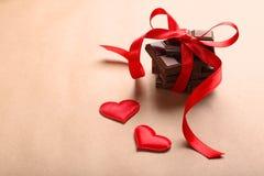 Chocolate con la cinta y los corazones Imágenes de archivo libres de regalías