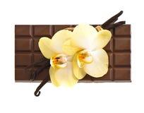 Chocolate con las vainas de la vainilla y las flores de la orquídea imagen de archivo libre de regalías