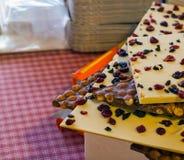 Chocolate con leche con las bayas mezcladas Imagen de archivo libre de regalías