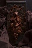 Chocolate con leche Pedazos del chocolate con leche en un fondo de madera imagen de archivo libre de regalías