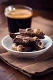Chocolate con leche y una taza de café Fotografía de archivo libre de regalías