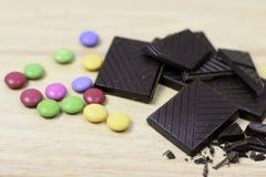 Chocolate con los caramelos multicolores fotos de archivo libres de regalías