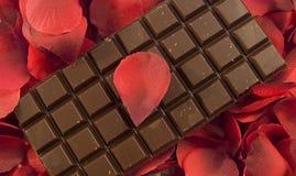 Chocolate con los pétalos color de rosa Imágenes de archivo libres de regalías