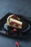 Chocolate contemporâneo, cereja e bolo mergulhado pistache da musse imagem de stock