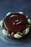 Chocolate contemporâneo, cereja e bolo mergulhado pistache da musse fotos de stock royalty free
