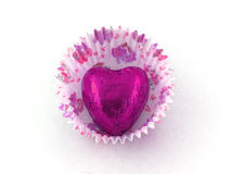 Chocolate cor-de-rosa do coração na caixa de papel do bolo imagem de stock
