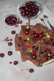 Chocolate, crepes redondas finas vestidas con el atasco de cereza imagenes de archivo