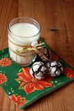 Chocolate crinkles and a glass of milk Royalty Free Stock Photos