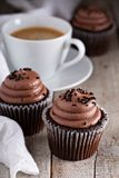 Chocolate cupcakes with a cup of coffee Royalty Free Stock Photos