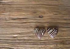 Chocolate da forma do coração no fundo de madeira Foto de Stock