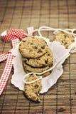 Chocolate das cookies, fundo marrom imagens de stock