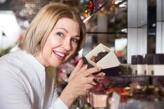Chocolate de compra do pensionista louro fotografia de stock royalty free